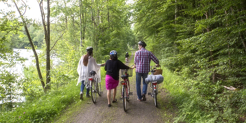 A family with bicycles at the bicycle trail Sydostleden